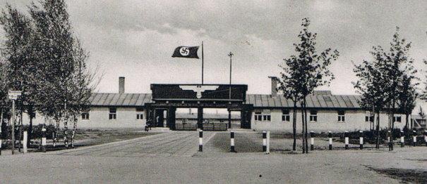 "Stalag VI F de Bocholt : entrée avec la ""Kommandantur"""