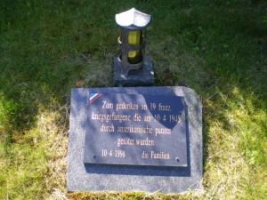 Halberbracht - Cimetière - Plaque commémorative déposée au nom des familles en souvenir des 19 prisonniers de guerre français tués par les forces US le 10 avril 1945